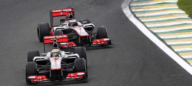 Hamilton y Button pelean en pista en Brasil 2012