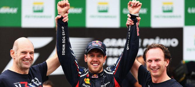 Adrian Newey, Sebastian Vettel y Christian Horner celebran el tricampeonato del alemán