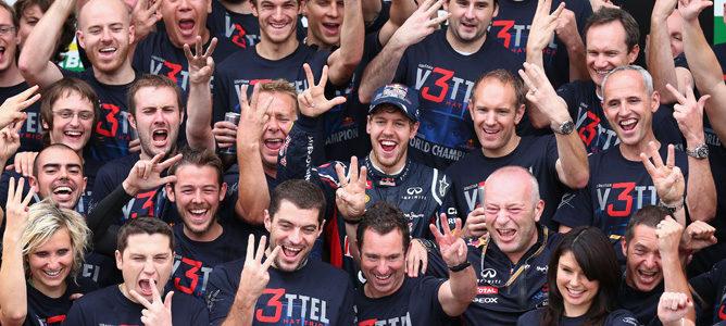 El equipo Red Bull celebra el tricampeonato de Sebastian Vettel en Brasil 2012
