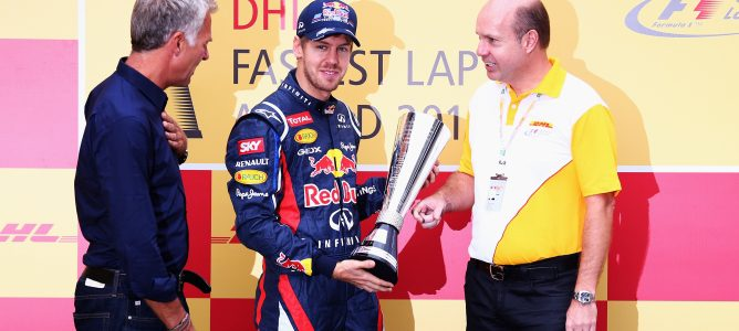 Sebastian Vettel recibe el trofeo DHL por sus vueltas rápidas