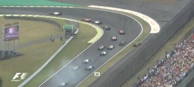 Kimi por la escapatoria, Vettel encarando la curva
