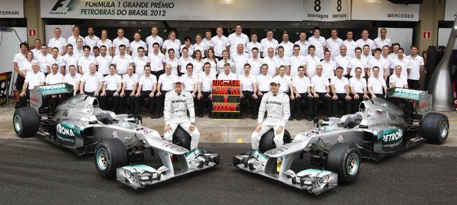 Foto de familia del equipo Mercedes en Brasil 2012