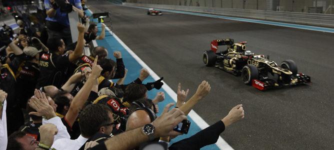 Kimi Räikkönen cruza bajo la bandera a cuadros en Abu Dabi 2012