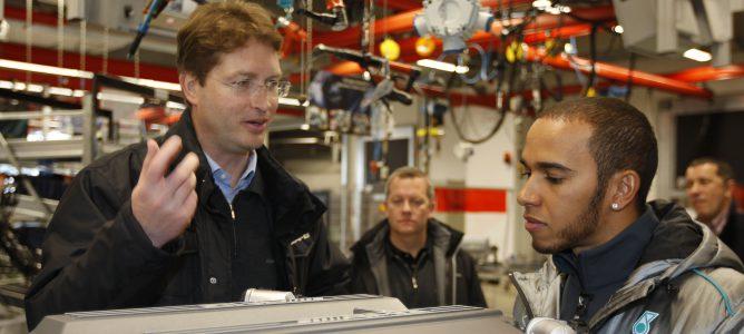 Lewis Hamitlon en la fábrica de Mercedes