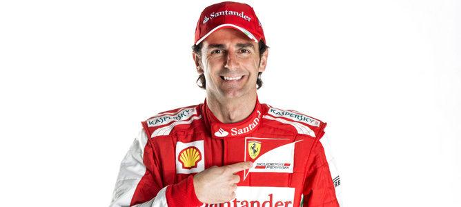 Pedro de la Rosa vestido con los colores de Ferrari
