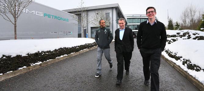 Lewis Hamilton pasea por los ecxteriores de la fábrica de Mercedes junto a Bob Bell y Andrew Shovlin