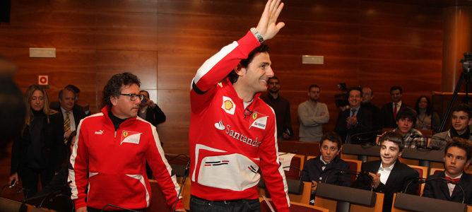 Pedro de la Rosa saluda en su primer acto como piloto de Ferrari