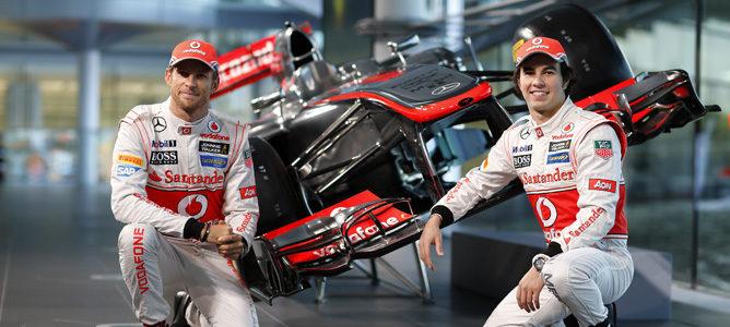 Sergio Pérez y Jenson Button posan junto al MP4-28 en Woking