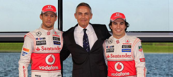 Martin Whitmarsh junto a Jenson Button y Sergio Pérez en la presentación del MP4-28