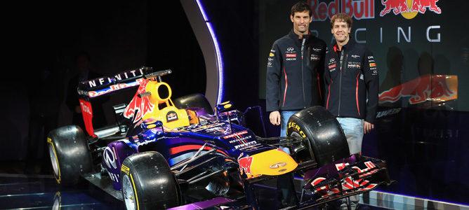 Sebastian Vettel y Mark Webber posan junto al nuevo Red Bull RB9 en Milton Keynes