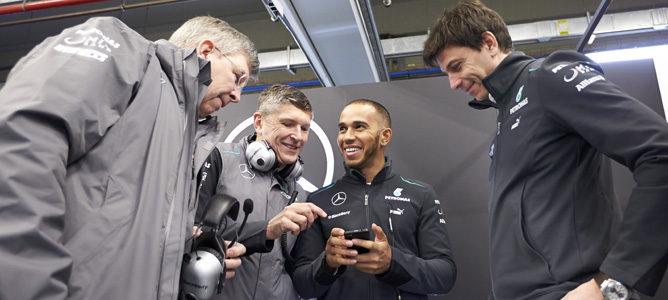 Lewis Hamilton junto a los altos cargos del equipo Mercedes