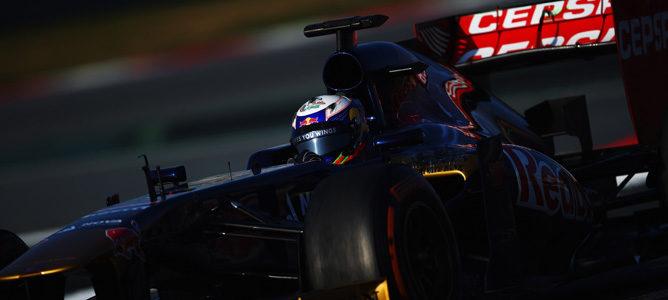 Daniel Ricciardo con su Toro Rosso STR8 en los test de Barcelona