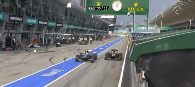 Kimi y Nico circulando en paralelo en la calle de garajes