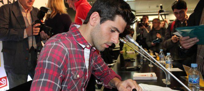 Jaime Alguersuari firma autógrafos