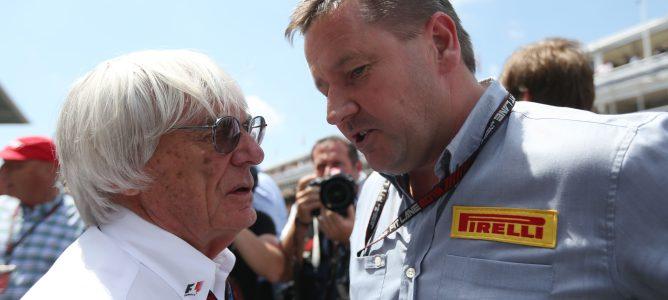 Paul Hembery habla con Bernie Ecclestone en Barcelona