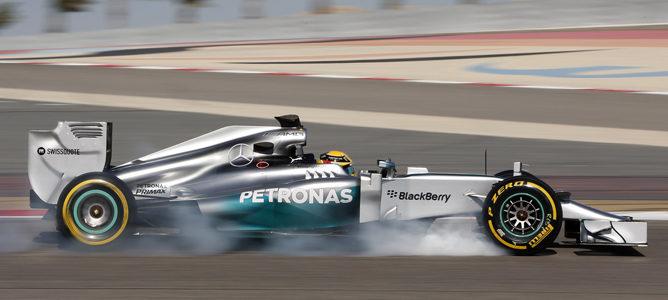Lewis Hamilton bloquea los frenos de su Mercedes W05 en Baréin