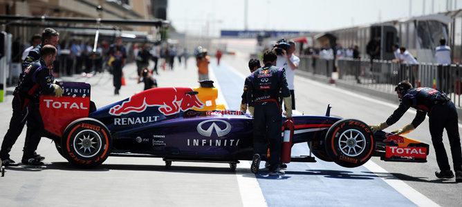 Los mecánicos de Red Bull empujan el RB10 hacia el garaje en Baréin