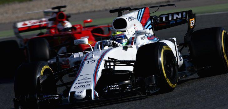 Sebastian Vettel persiguiendo a Felipe Massa en los test de pretemporada 2017