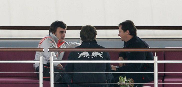 Fernando Alonso hablando con Christian Horner (en el centro de la imagen) en el año 2007