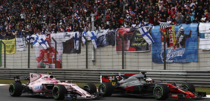 Esteban Ocon y Romain Grosjean luchando por posición en el GP China 2017