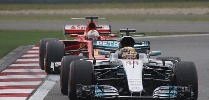 Lewis Hamilton por delante de Sebastian Vettel, GP CHina 2017