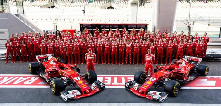 Räikkönen y Vettel junto a los ingenieros de Ferrari