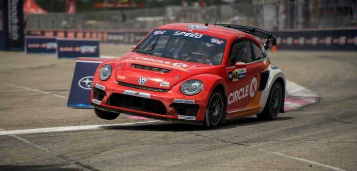 Speed a bordo del Volkswagen Beetle con el que ganó tres títulos de Rallycross en su país)