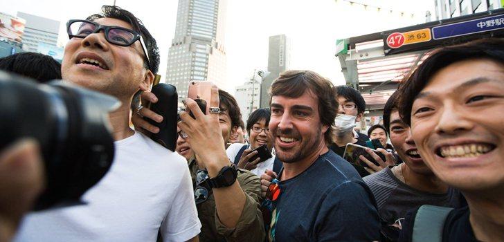 Alonso junto a sus fans