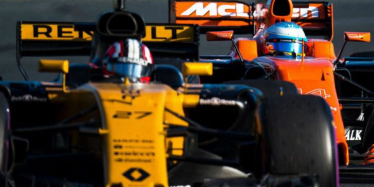 Nico Hülkenberg por delante de Fernando Alonso