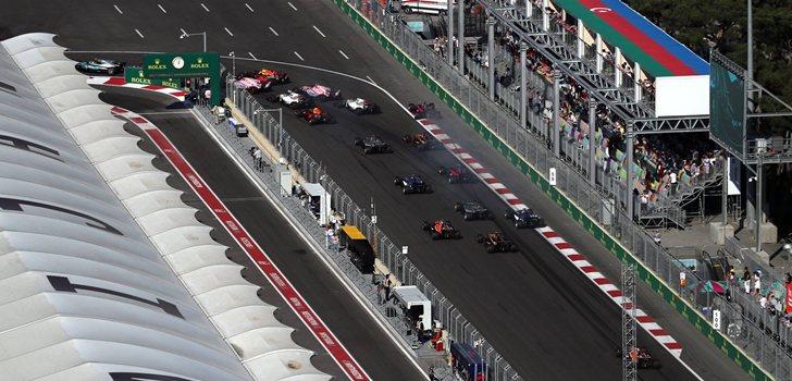 Los pilotos toman la primera curva del Circuito de Bakú