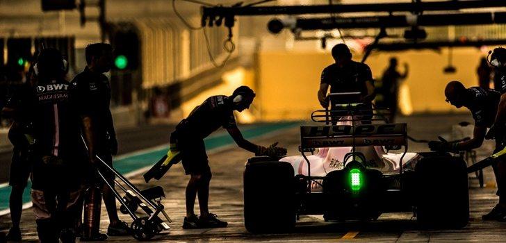 Los mecánicos de Force India trabajan en el monoplaza