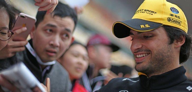 Sainz, junto a los aficionados de Shangái