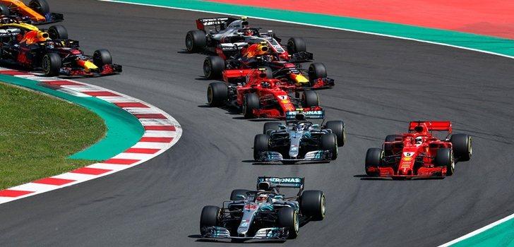 Los Mercedes, en la salida del GP de España 2018