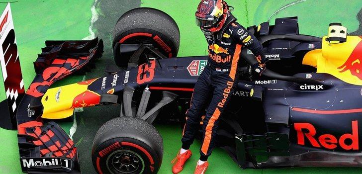 Max Verstappen, junto a su monoplaza