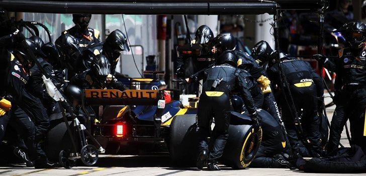 Los ingenieros de Renault realizan un pit stop