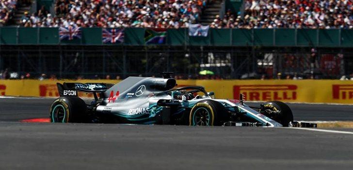 Hamilton rueda en Silverstone