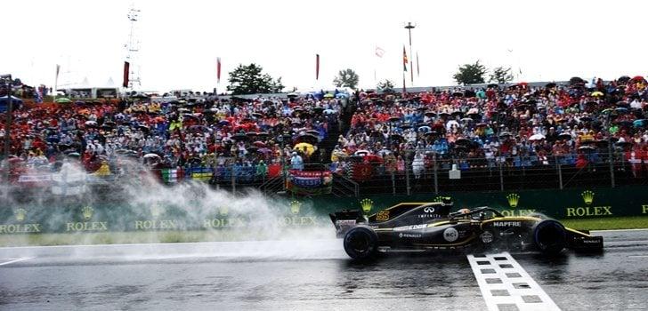 Sainz rueda sobre el asfalto mojado de Hungría