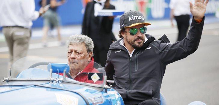 Alonso se pasea por el circuito de Monza
