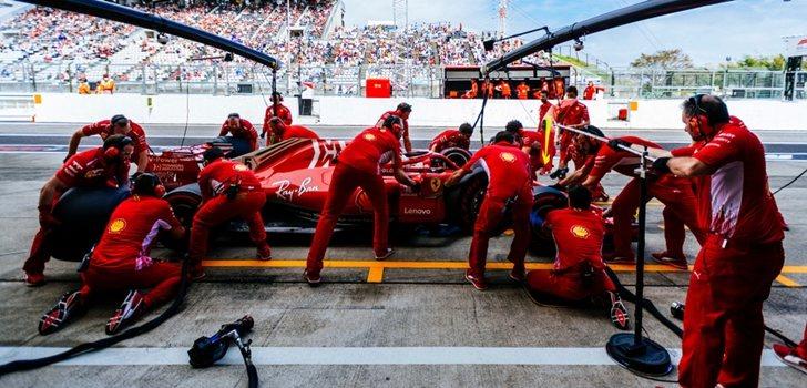 Los mecánicos trabajan en el monoplaza de Vettel