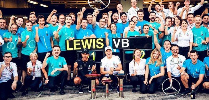 El equipo Mercedes celebra su triunfo en Japón