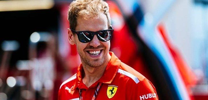 Vettel pasea por el Paddock