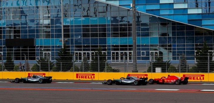 Vettel lucha en pista con Hamilton