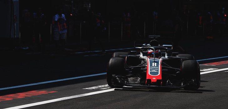 Grosjean, en el pit lane de México
