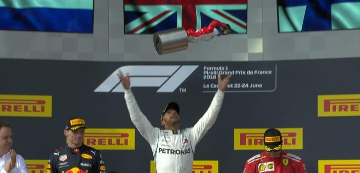 Hamilton lanza el trofeo en el podio