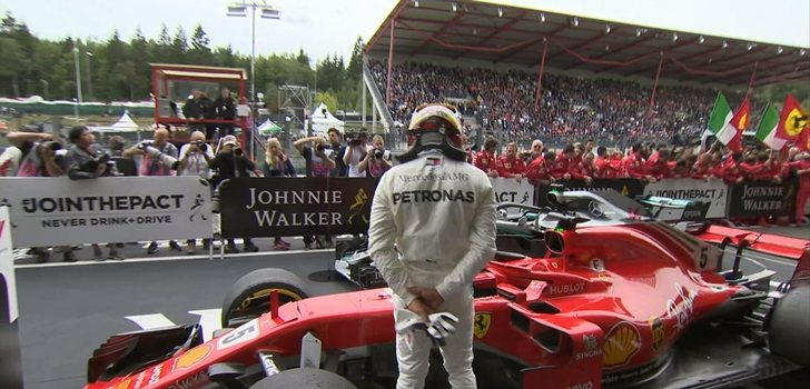 Hamilton examina el monoplaza de Vettel