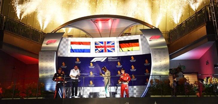Hamilton celebra su triunfo en el podio de Singapur