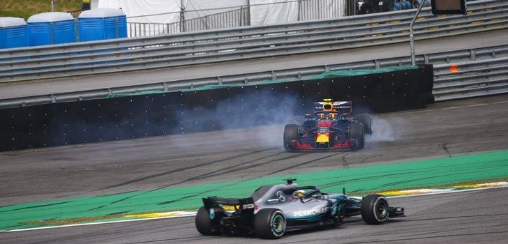 Verstappen quema ruedas frente a Hamilton