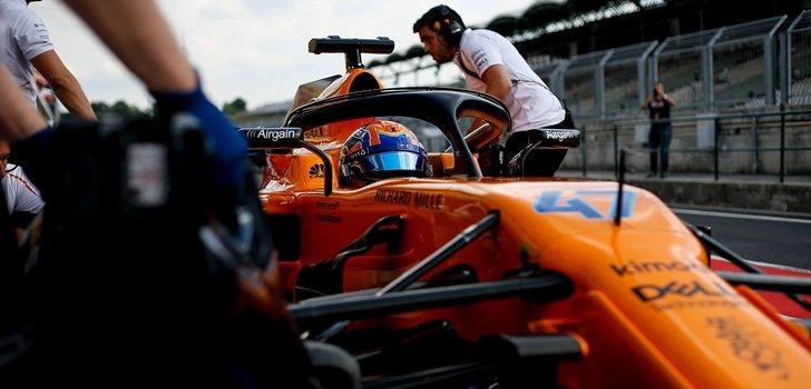 Los ingenieros de McLaren empujan el coche de Lando Norris