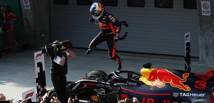 Ricciardo salta de su monoplaza tras lograr una victoria