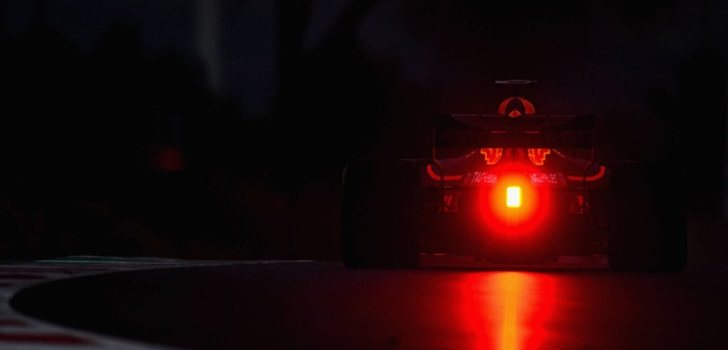 Ricciardo rueda de noche con Red Bull